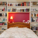 bibliothèque avec alcôve pour le lit